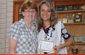 Diretora Ir. Elena Bini com a professora destaque, Fernanda Rocha.