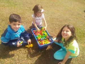 Crianças brincam no sítio Primavera