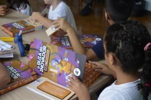 Aulas contam com apoio de material didático próprio à faixa etária do estudante